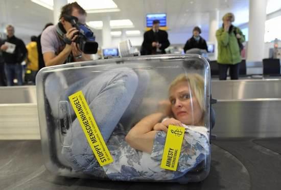 frau-im-koffer-amnesty-international