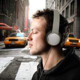 chico con audífonos