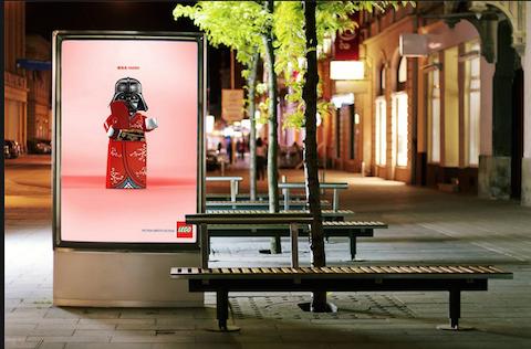 Bloques de Lego invaden los mupis de las calles 3