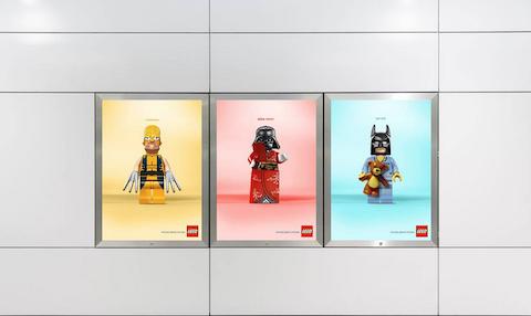 Bloques de Lego invaden los mupis de las calles 4