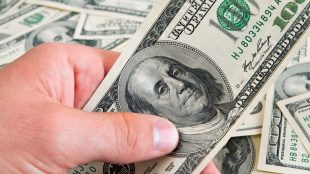 Dolar se cotiza a menos de 20 pesos por primera vez en el año