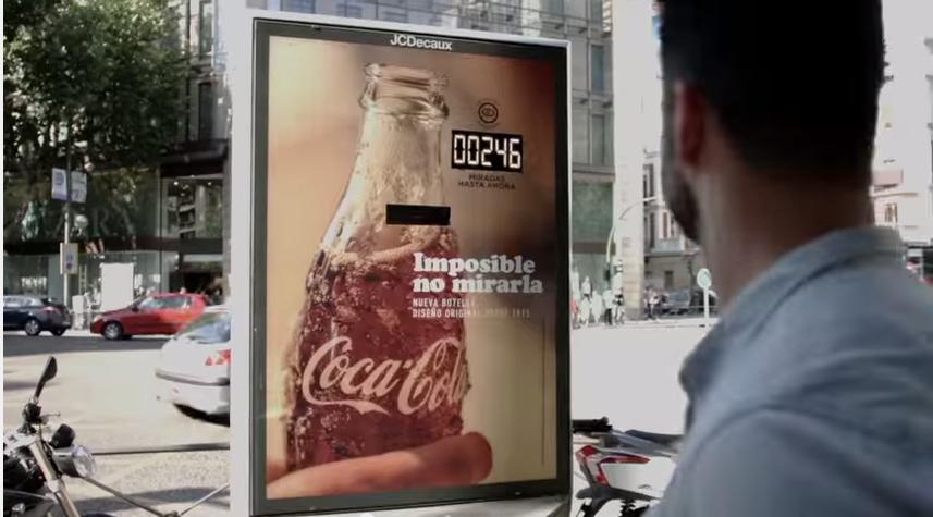 Coca-Cola Imposible no mirarla, JCDecaux