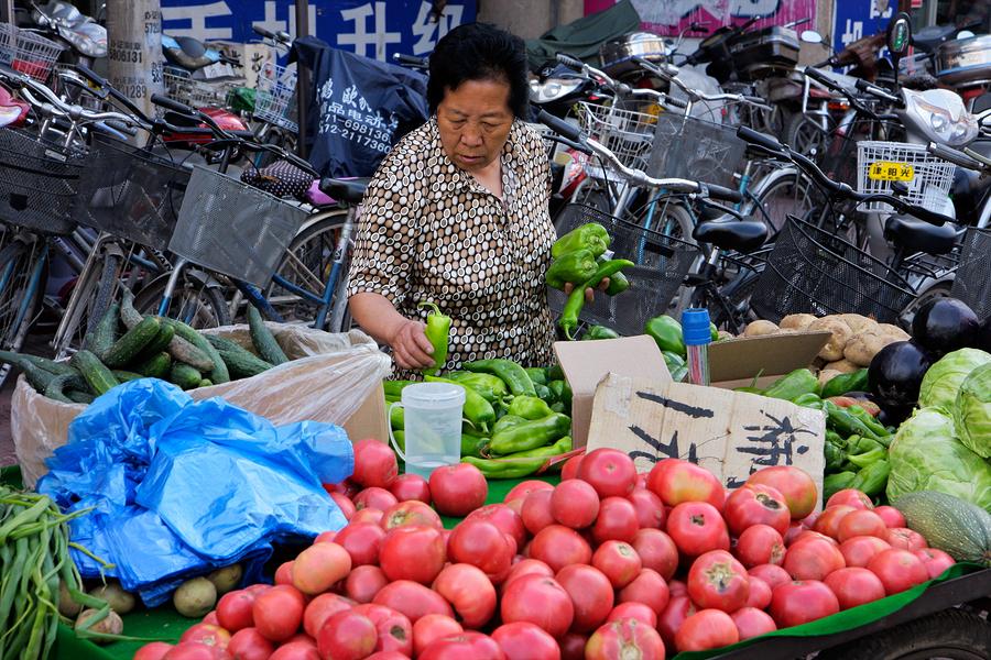 comercio informal en Latinoamérica, fruta, comerciante, calle, puesto en la calle, ambulante, informalidad