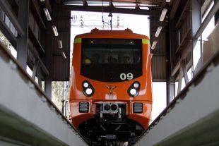 Metro de la Ciudad de México saliendo de los talleres