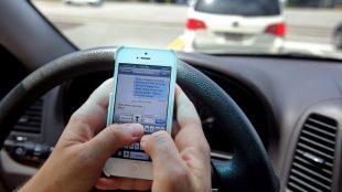 Lo que puede suceder si revisas el celular mientras manejas