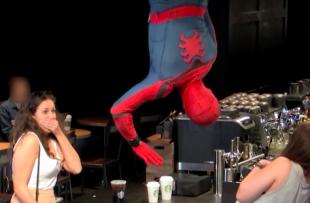 Spider-Man causa sorpresa en un Starbucks