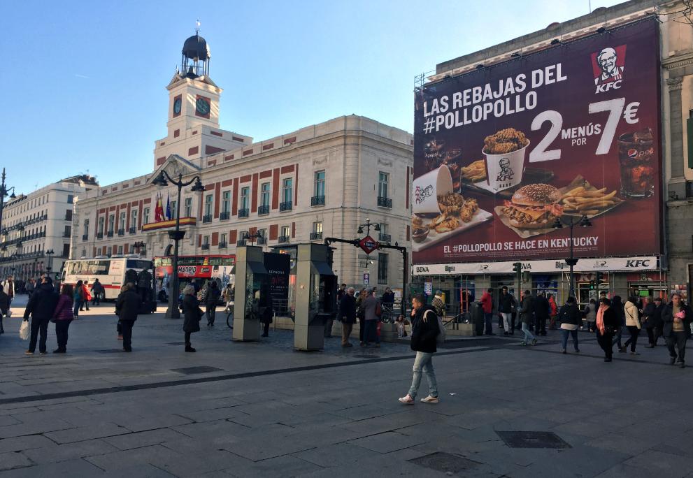 Fachada del edificio de la Puerta del Sol donde se sitúa el restaurante KFC de Calle Mayor