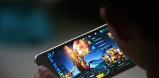 Persona jugando un videojuego en su dispositivo inteligente