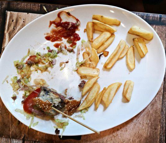 Plato con sobras de comida chatarra
