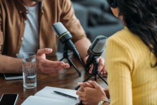 Personas frente a micrófonos hablando sobre la distancia social