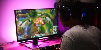 Hombre jugando en su computadora