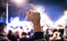 Mano levantada en señal de protesta