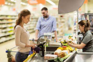 consumidor comprando productos