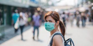 Chica a distancia de los demás para prevenir coronavirus