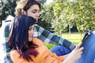 Una pareja viendo Facebook