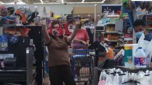 Consumidor reponde con saludo nazi al pedirle que use cubrebocas